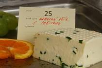 Kravský přírodní sýr s pažitkou.