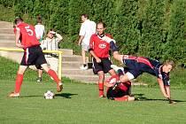 V zápase 1. B třídy se ve Valašské Bystřici na pouťi hrál vyrovnaný duel, který nakonec rozhodla jediná branka. Domácí porazili Lidečko (modré dresy) 1:0.