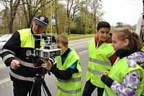Čtyři dopravní hlídky v různých částech Valašského Meziříčí utvořili v úterý 25. dubna 2017 žáci meziříčských základních škol se strážníky a policisty.