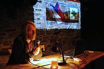 Ekolog Milan Orálek hovoří v pátek 1. listopadu v M-klubu ve Valašském Meziříčí na konferenci pořádané u příležitosti 30. výročí fungování nejstarší profesionální ekologické poradny u nás, založené právě ve Valašském Meziříčí, kde působí dodnes.