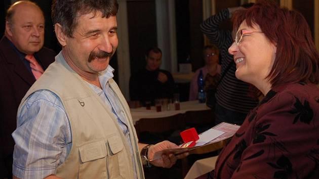 Čtyři desítky dobrovolných dárců krve si ve čtvrtek ve vsetínském domě kultury převzalo Jánského plakety a zlaté kříže za bezplatné odběry