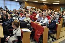 Lidé v zasedací síni vsetínské radnice sledují 2. ustavující zastupitelstvo. Politici se ani tentokrát na novém vedení města nedokázali shodnout. Vsetín, pondělí 24. listopadu 2014