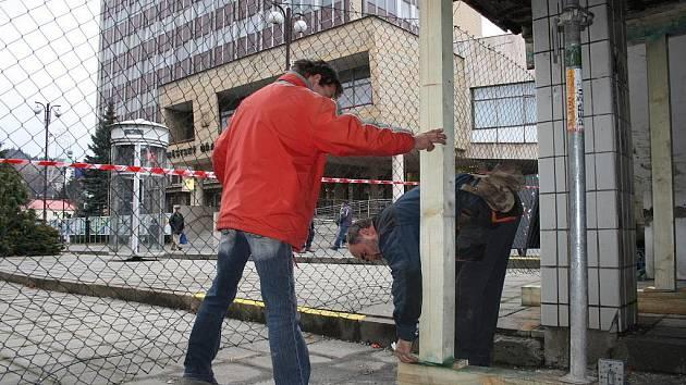 Dům kultury ve Vsetíně podstupuje v těchto dnech nutné bezpečnostní opatření. Z důvodu špatného technického stavu malé a velké terasy, bylo nutné instalovat řady dřevěných podpěr.
