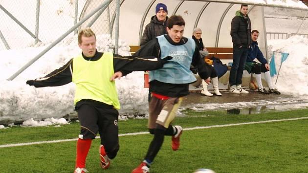 Fotbalisté Valašského Meziříčí B (světlé rozlišováky) stihli o víkendu dva zápasy. V tom druhém porazili Zubří 3:1 a dostali se do čela tabulky.