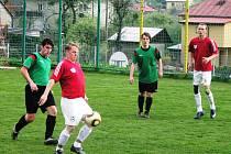 Ve Vidči se hrál dramatický zápas plný penalt a žlutých karet. Fotbalisté Hrachovce (červené dresy) měli pevné nervy a dokázali v závěru urvat výhru pro sebe