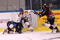 Hokejisté Valašského Meziříčí (v bílém) ve 37. kole druhé ligy porazili Techniku 4:3 v prodloužení.