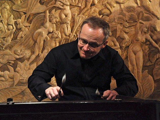 Jan Rokyta mladší. Multiinstrumentalista a umělecký vedoucí Ensemble Flair je autorem dramaturgie koncertu.