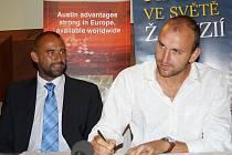 Šéf vsetínského nohejbalového klubu Vít Zgarba (vlevo) a nohejbalista Ján Brutovský při podpisu smlouvy.