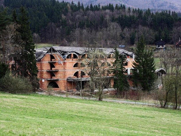 Návrh ostravského architekta Romana Kuby zůstal jen na papíře. Finančně náročnou stavbu se firmě investora nepodařilo dokončit.
