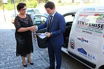 Nové osobní auto získala v úterý do užívání vsetínská Charita, klíče převzala ředitelka Věra Dulavová.