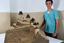 Student Střední průmyslové školy stavební ve Valašském Meziříčí Martin Čermák strávil stavbou hradu Karlštejn z lepenky téměř 350 hodin.