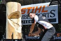 Osminásobný mistr republiky v dřevorubeckých sportech Jan Svoboda z Liptálu se v tamním přírodním amfiteátru připravuje na závod Čechy versus Morava, který se koná v sobotu 20. července 2013.