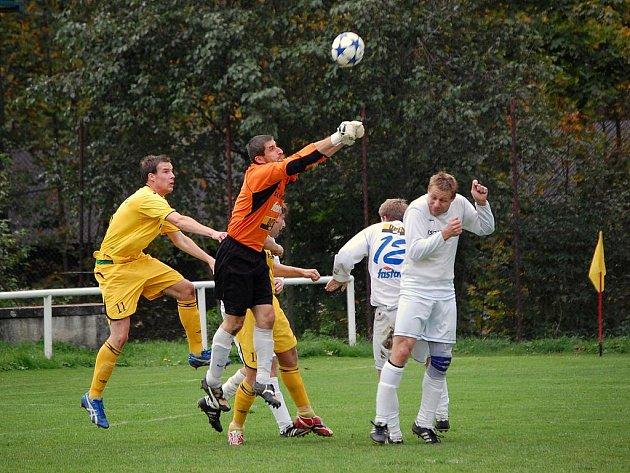 Ve Velkých Karlovicích se v sobotu představil FC Vsetín. V dresu hostů se na karlovický trávník vrátil zkušený brankář Ladislav Sedlák ( na snímku) a hostům vychytal tři body za vítězství 1:0.