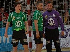 Házenkáři Gumáren Zubří (zleva) Jan Hanus, Lukáš Václav, brankář Petr Orság.