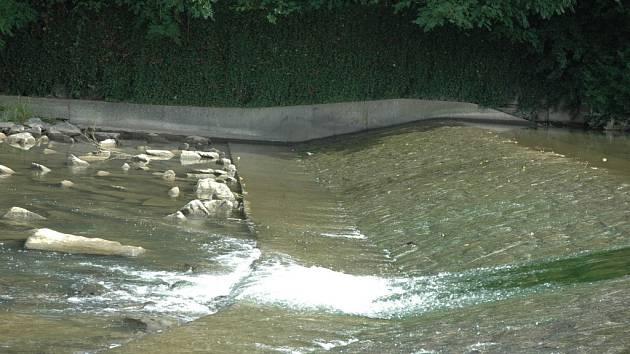 Z nedostateku vody ve Vsetínské Bečvě obviňuje veřejnost i rybáři vodohospodáře, kteří prý v minulých letech provedli nevhodnou regulaci.