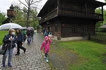 Návštěvě Valašského muzea v přírodě nepřálo v sobotu 22. května 2021 počasí, přesto si sem lidé cestu našli.
