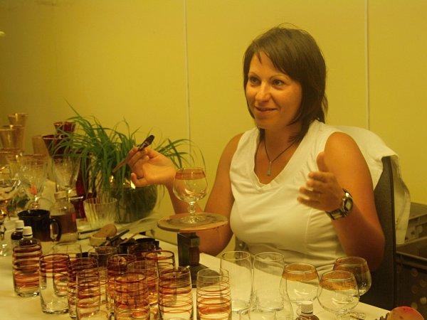 Lenka Chovanečková pracuje jako malířka skla už devět let.