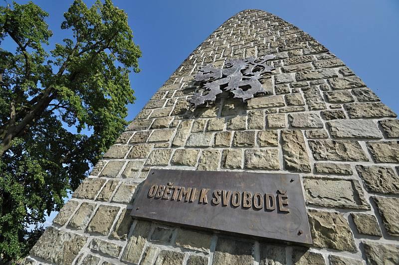 Valašské Meziříčí - památník osvobození byl na vrchu Helštýn nad Valašským Meziříčí odhalen 17. října 1948