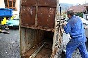 Řemeslníci Antonín Hajda (ve vestě) a Radek Machala (v modrém) z Ratiboře opravují v Oznici odchytovou klec na toulavého medvěda. Asistuje také starosta obce Oznice Martin Gerža (vlevo). Klec byla přivezena ze Slovenska z oblasti Malé Fatry.