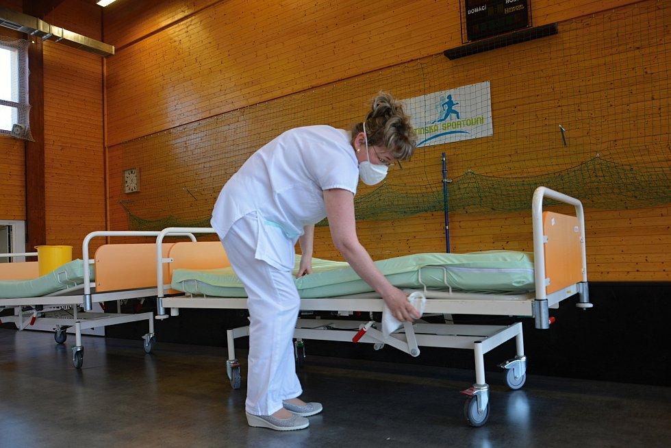 Víceúčelová sportovní hala ve Vsetíně se na přelomu března a dubna 2021 proměnila na velkokapacitní očkovací centrum. Vedoucí očkovacího centra Andrea Adámková.