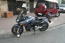 Přestože ke srážce nedošlo, motorkář spadl a zranil se.