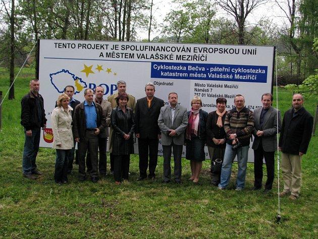 Odhalením informačního panelu ve čtvrtek ve Valašském Meziříčí symbolicky zahájili výstavbu cyklostezky Bečva.