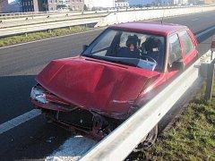 Celkem tři auta havarovala na jednom místě v pátek ráno u Jablůnky. Bez újmy nezůstalo ani vozidlo policistů, kteří jednu z kolizí objasňovali. Havárie se obešly bez zranění osob. Škody jsou odhadovány na desetitisíce korun.