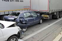 Hromadná nehoda tří vozů u Bystřičky na Vsetínsku.