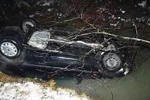 V Novém Hrozenkově havaroval v úterý 27. prosince 2011 s autem do potoka osmnáctiletý mladík. Řidičák měl teprve dva měsíce, řídil opilý a jel velmi rychle. Vyvázl bez zranění.
