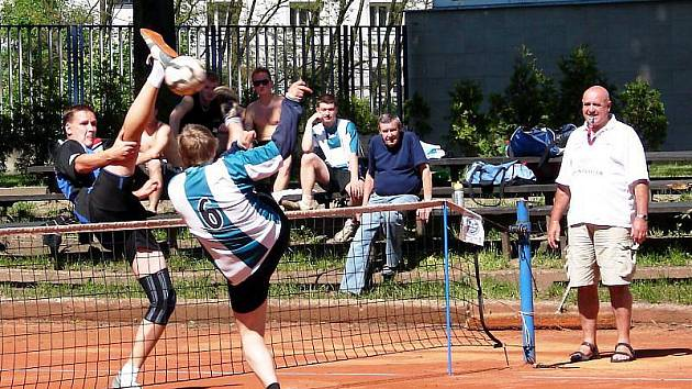 Nohejbalisté Vsetína (v modrém vpravo od sítě Dušan Padyšák) doma porazili v 10. kole I. ligy Zruč-Senec 6:3.