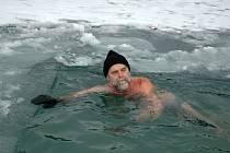 V sobotu (9. 1.) si dali ve vodách valašského Balatonu v Novém Hrozenkově členové otužilecké skupiny Karolinští hřebci.