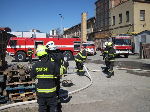 Při požáru lepenky v Krásně se zranil pracovník skladu