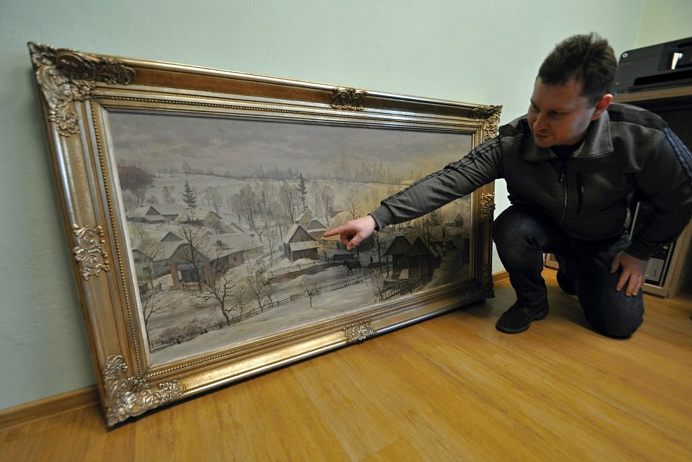 Starosta Prlova Jaromír Kratina s obrazem ak. malíře Karla Živného z roku 1949, který obec získala ze zlínského antikvariátu.