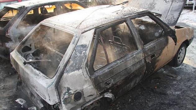 Požár tří osobních aut v Rožnově pod Radhoštěm