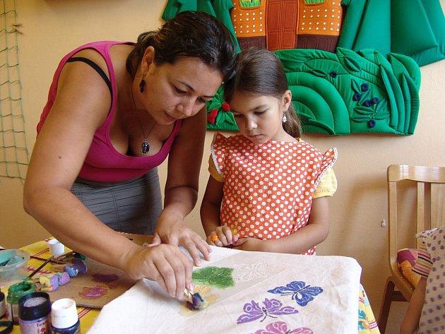 Děti se v Rodinném a Mateřském centru Vsetín učily barvit tašky.