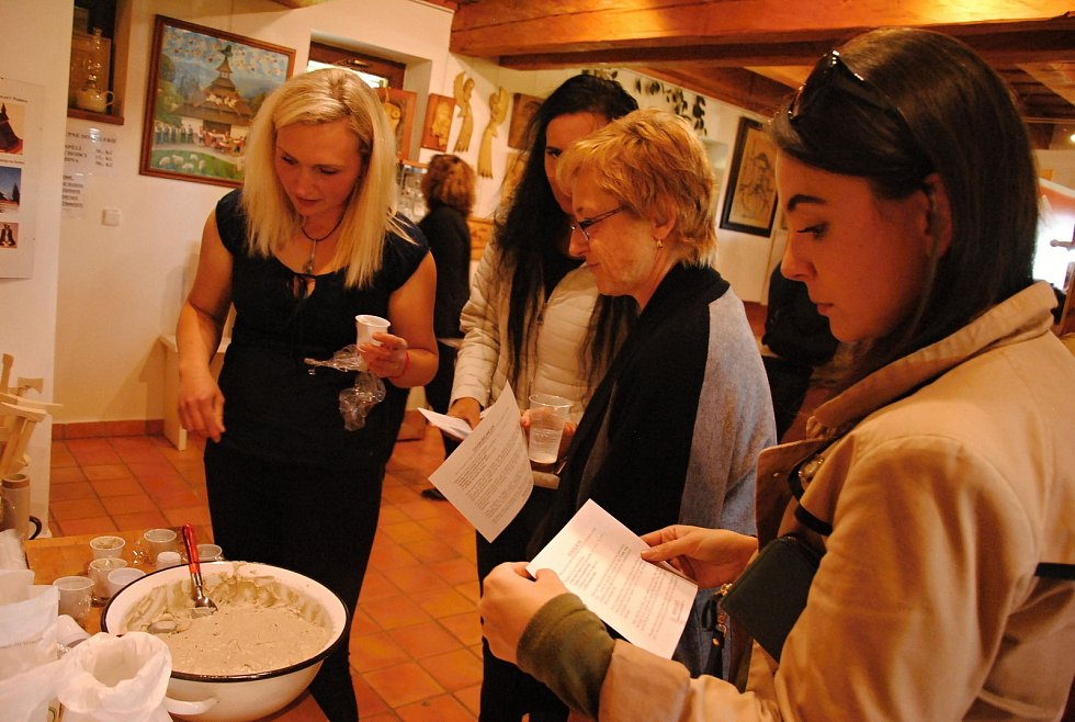 Návštěvníci Zvonice na Soláni ochutnávají v sobotu 21. září 2019 na třicet druhů chleba a k nim domácí sýry, pomazánky a další dobroty v pořadu Chleba z pece pořádaném na počest kardinála Štěpána Trochty z Francovy Lhoty.