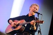 Oskarový zpěvák Glen Hansard a legendární irská kapela Interference  v Amfiteátru  v Zámeckém parku ve Valašském  Meziříčí.
