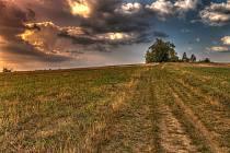 Vrchol kopce Helštýn u Valašského Meziříčí s památníkem obětem 2. světové války.