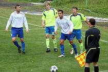 V utkání A skupiny 1. B třídy Kelč (žluté dresy) – Jablůnka domácí potvrdili fazonu – vyhráli 7:1. Foto: Pavel Hrdlička