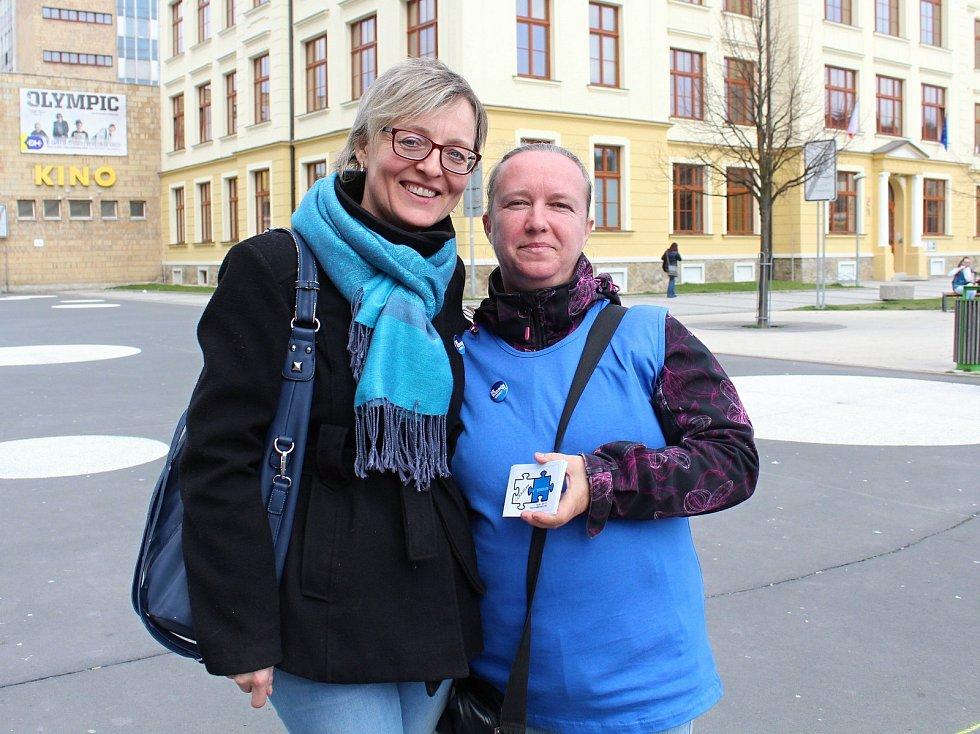 Na snímku zástupkyně ředitele ZŠ MŠ a PŠ Turkmenská Vlasta Kovářová (vlevo) a maminka autistického chlapce Bohdana Šťastná.