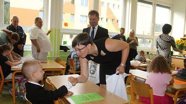 Nástup prvňáčků na vsetínské základní škole v Luhu