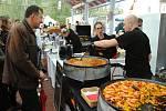 Kuchař připravuje jídlo na festivalu Love Food, který byl už pošesté součástí tradičních Zašovských slavností; sobota 7. září 2019