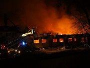 Rozsáhlý požár zasáhl objekt pily na Nádražní ulici ve Valašském Meziříčí.