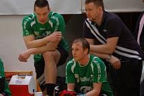 Lavička házenkářů Zubří, zleva hráči Tomáš Řezníček, Matěj Šustáček a vedoucí týmu Ivo Tovaryš.
