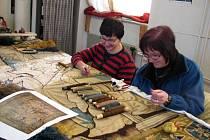 Náročné restaurování vzácného gobelínu zaměstánává pracovníky gobelínky až do dubna.