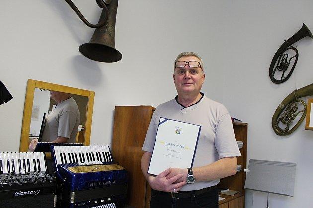 Muzikant a pedagog Josef Blinka z Horní Bečvy obdržel v srpnu od zástupců Zlínského kraje certifikát a pamětní medaili za celoživotní rozvoj vesnické kultury v oblasti dechové hudby.