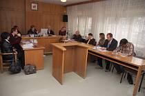 Okresní soud Vsetín - podvod v ZVI, škoda téměr 4,6 milionu korun, hlavní podezřelí Jaroslav Sušeň, Eva Sušňová a Petr Jína, případ byl odročen na duben