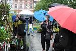 Květinový jarmark pod deštníky si v pátek 15. května 2020 na meziříčském náměstí užívali prodejci i nakupující.