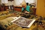 Restaurátorka Moravské gobelínové manufaktury ve Valašském Meziříčí pracuje na obnově historického gobelínu vyrobeného kolem roku 1700 ve vlámských dílnách; únor 2020