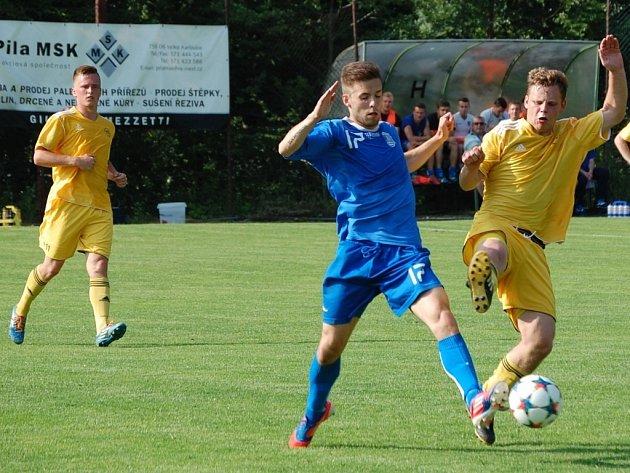 Fotbalisté Velkých Karlovic+Karolinky (žluté dresy) v posledním kole sezony porazili Havířov 3:1.